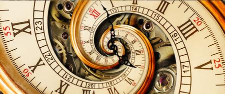 Antike alte Uhr abstrakte Fraktale Spirale. Sehen Sie sich den klassischen Uhrmechanismus an. Römische arabische Ziffernuhr der alten Mode Uhr abstrakte Effektspirale Standard-Bild