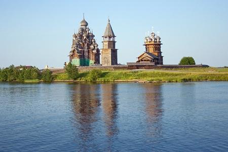 オネガ湖、ロシアの島キジ島の木造教会 写真素材