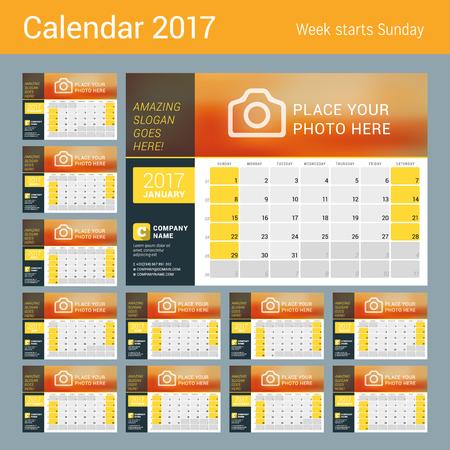 cronologia: Calendario de escritorio para el Año 2017. Diseño de la plantilla de impresión con el lugar para obtener información de contacto y fotos. La semana comienza el domingo. Rejilla calendario con números de semana y el lugar de Notas