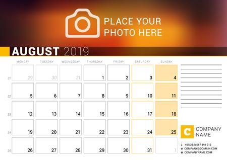 Calendario per agosto 2019. Modello stampa di disegno vettoriale con posto per foto, logo e informazioni di contatto. La settimana inizia il lunedì. Griglia del calendario con i numeri delle settimane e il luogo per le note Logo