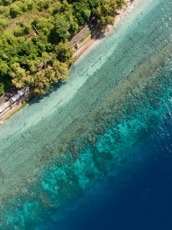 Bovenaanzicht luchtfoto van vliegende drone van een ongelooflijk mooie zee landschap met turquoise water met kopie ruimte voor uw reclame tekstbericht of promotionele inhoud. Perfecte website-achtergrond. Luchtfoto. Bovenaanzicht. geweldige natuur achtergrond Stockfoto