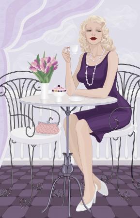 tomando café: Mujer hermosa con el pelo rubio sentado en una mesa y bebiendo café