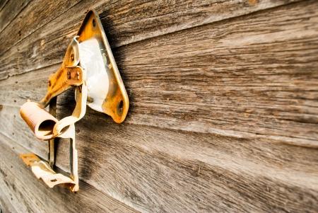 barnwood: antigua granja implementar colgado en barnwood vieja en la luz del sol, con copia espacio