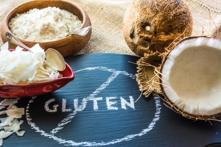 cocotier: farine de noix de coco et de noix de coco puces dans un bol de gluten libre