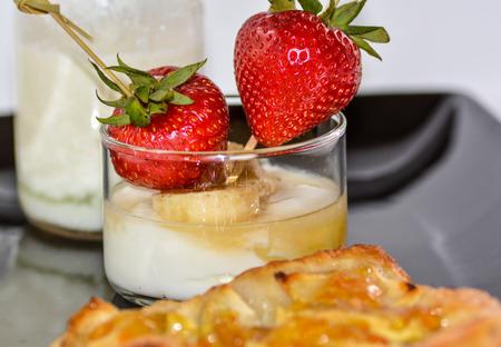 fruit skewers: Brochetas de frutas con fresa tarta de manzana y el k�fir