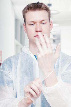 Kantoor schoner zetten handschoenen aan Stockfoto