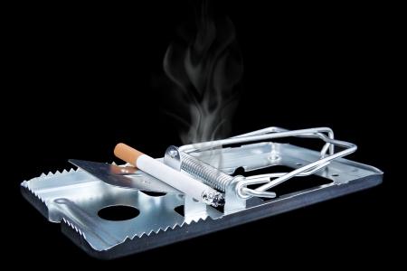 piege souris: image concept de la toxicomanie de risques - pi�ge � souris avec la cigarette br�lante Banque d'images
