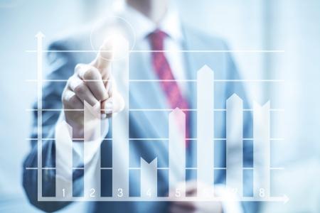 Financieel succes concept man wijzend grafiek