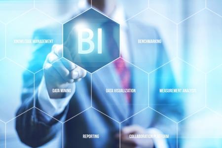 negocios: Inteligencia empresarial Concepto de hombre presionando BI selección