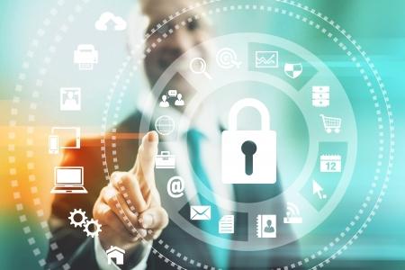 솔루션을 가리키는 인터넷 보안 개념 남자