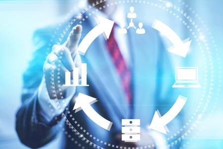 온라인 비즈니스 관리 개념을 가리키는 손가락