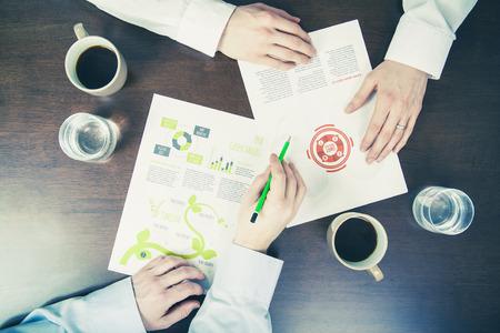 Business meeting concept twee mannen onderzoek van documenten
