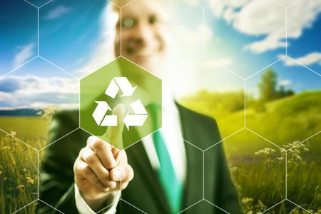 contaminacion ambiental: Al pulsar la pantalla virtual símbolo de reciclaje seleccionar, tecnología limpia Foto de archivo