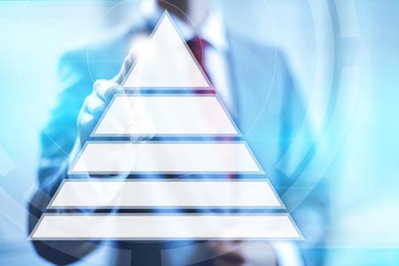 piramide humana: Jerarquía de las necesidades concepto de la pirámide que señala el dedo