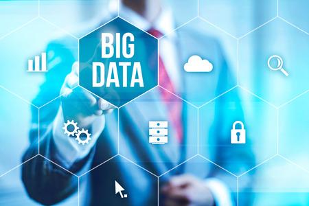the big: Gran concepto de datos hombre seleccionando y presionando símbolo Big Data