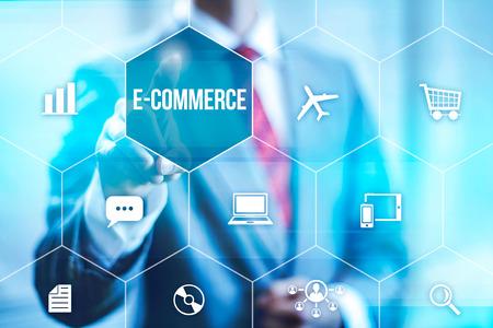 orden de compra: Concepto de comercio electr�nico hombre seleccionando la interfaz virtual