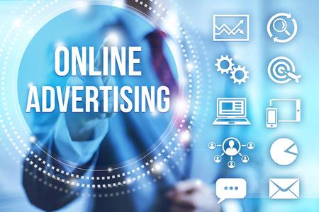Empresario seleccionar la publicidad en Internet en línea Foto de archivo - 32621672