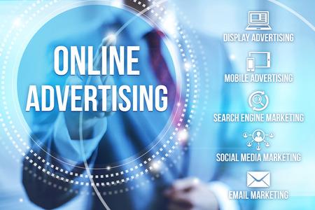 Zakenman het selecteren van online reclame op het internet