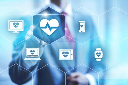 salud: El hombre de negocios que señala hacia cámara seleccionando la aplicación de la salud, la interfaz virtual