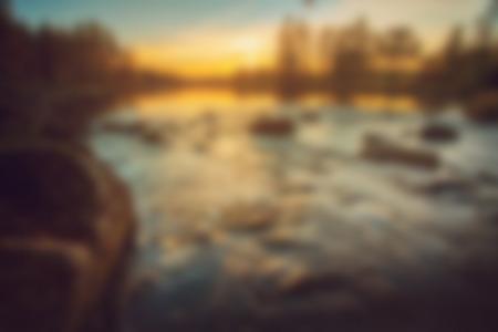 Vage aardachtergrond van zonsondergang bij rivier