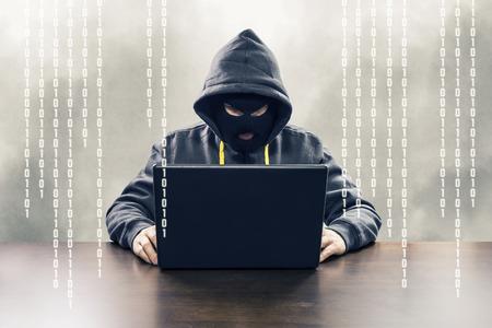 Gemaskerde computer hacker aanvallen van internetdiensten met binaire code illustratie Stockfoto