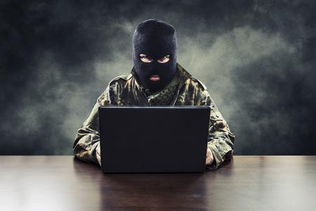 wojenne: Zamaskowany cyber terrorystów w mundurze wojskowym hacking armii inteligencję