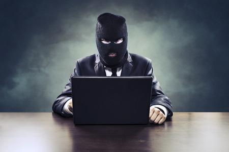 Zakelijke spionage hacker of agent van de regering het stelen van geheimen