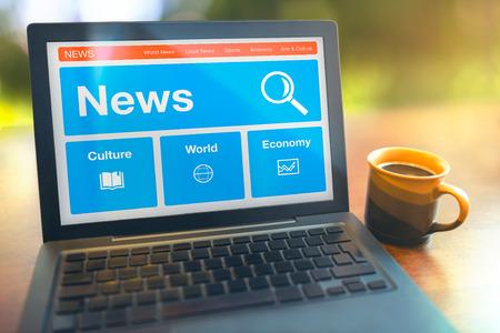 Lezen intennet nieuws van de laptop op tafel bij de koffiepauze