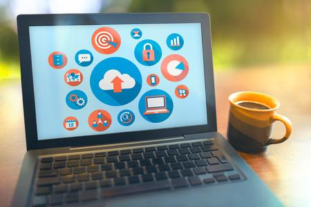 Internet toepassingen laptop op houten tafel met een kopje koffie