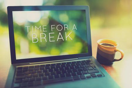 Koffiepauze bij ochtend concept met laptop serene ochtend vintage stijl bewerken