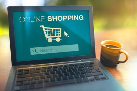 Online winkelen zoeken naar producten van het internet met laptop op tafel Stockfoto