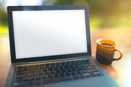 홈 오피스 아침에 나무 테이블에 노트북 및 커피 브레이크