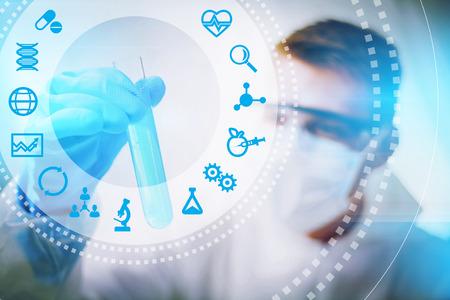 experimento: Biotecnolog�a concepto investigador o la ciencia de la biotecnolog�a, de cerca de lo masculino bi�logo que hace el experimento.