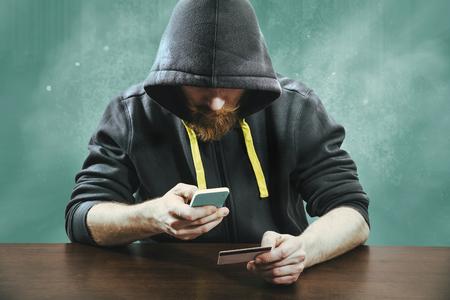 Hacker cercando di rubare le informazioni di pagamento mobile Archivio Fotografico
