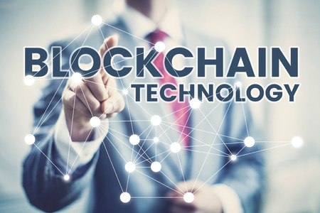 Blockchain technologie concept, zaken man in pak selecteren netwerkinterface.