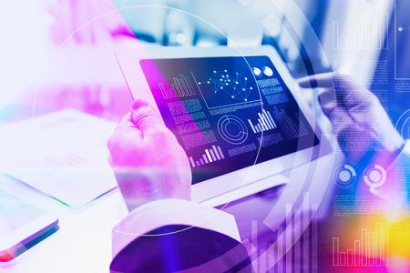 Kleurrijke concept van een zakenman werken met digitale tablet op kantoor