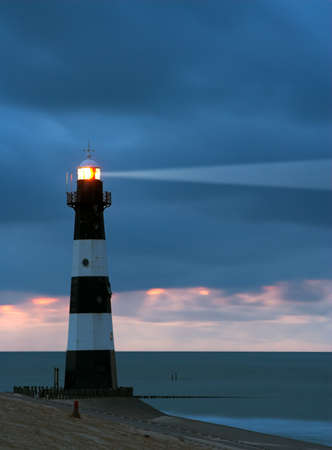 maine: Vuurtoren Breskens lighthouse in the Netherlands shining in the night.