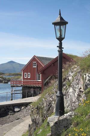 lamp post: un angolo di un pescatore 'villaggio con cabine e una lampada retr� post Archivio Fotografico
