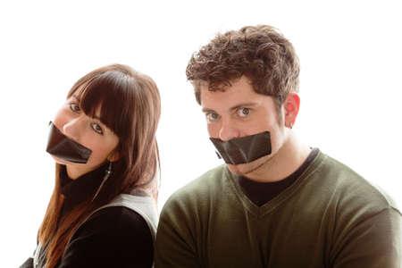 cintas: chica y chico con un trozo de cinta de la iluminaci�n en sus mouthes Foto de archivo