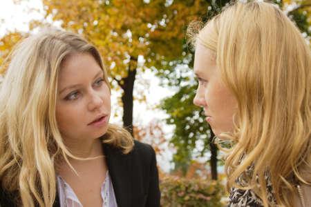 dialogo: Dos ni�as rubios tener graves de la conversaci�n al aire libre