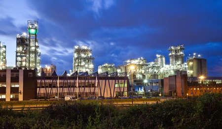 petrochemie industrie: Operationele petrochemische fabriek in twilight (Anwerp poort, België)