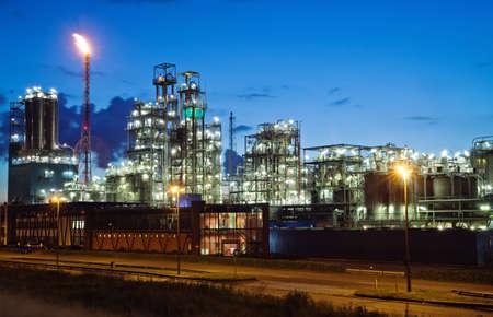 refiner�a de petr�leo: Operacional planta petroqu�mica en Crep�sculo (puerto de Anwerp, B�lgica)  Foto de archivo