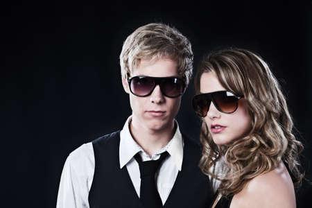 mujer con corbata: Joven apuesto y joven mujer bonita gafas de sol