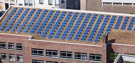 PLACAS SOLARES: paneles solares en el techo del edificio administrativo Foto de archivo