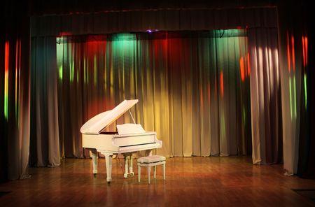 grand piano: White Grand Piano und Bank.