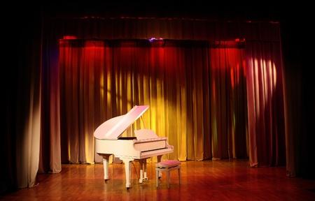 piano: Blanco piano de cola y un banco.