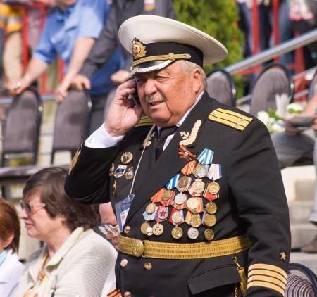 pyatigorsk: PYATIGORSK, RUSSIA - 9 maggio: Celebrazione del Giorno della Vittoria. Colloqui veterani sconosciuti su un cellulare. Parata sulla giornata annuale di vittoria, 9 maggio 2013 in Pyatigorsk, Caucaso, la Russia. Editoriali