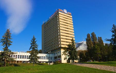 pyatigorsk: PYATIGORSK, RUSSIA - novembre 3,2014: Intourist Hotel Pyatigorsk su uno sfondo di cielo blu novembre 3,2014 in Pyatigorsk, Russia.