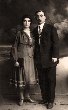 arbol geneal�gico: Retrato de una familia a partir de los 1912s. Este es un archivo de color desaturado sepiatoned.