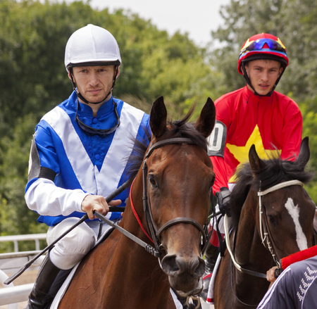 caballo corriendo: Antes de la carrera de caballos en Pyatigorsk, el C�ucaso. Foto de archivo